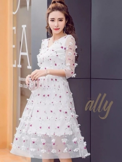 เสื้อผ้าแฟชั่นเกาหลี New Arrival.. don't miss! Normal Ally Present 3D flower in sweet day dress