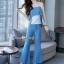 เสื้อพร้อมกางเกงสีขาวตัดฟ้า ทรงแขนกุด อกระบายติดกระดุมทอง thumbnail 5