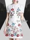 ผ้าเนื้อดีสีขาว ผ้าดีมีน้ำหนัก เสื้อเชิ้ตคอตั้งแขนสั้น ติดกระดุมหน้า งานปักลายดอกไม้ด้านหน้า ใส่คู่กับกระโปรงทรงตรง งานปักดอกไม้สวยแน่นปราณีตเรียบร้อย ซับในเย็บติดกับชุดเรียบร้อย ชุดนี้สวยใสีแล้วดูดีมีราคา เหมาะกับทุกโอกาส