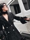 เสื้อโค้ทกึ่งเดรสผ้าทวีตทอลายสารตะกร้าสีดำผสมดิ้นรุ้งแหวกแขนติดกระดุม งานแบรนด์ Chanel ดีเทลเนื้อผ้าทวีตไหมลายสานเส้นใหญ่ทอเนื้อหนานุ่มสวมใส่สบาย
