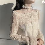 เสื้อแขนยาวผ้าลูกไม้ซีทรูทองานปักลายดอกลูกไม้ ลายวินเทจ เป็นเสื้อทรงเปิดไหล่ขอบโค้งลายริมลูกไม้ มียางยืดกระชับช่วงไหล่ สาบกระดุมด้านหน้า ขอบปลายแขนทรงกระบอกแต่งกระดุม