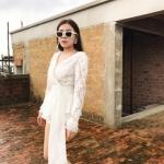 : เซ็ตเสื้อลูกไม้แขนยาวสีขาว ช่วงคอเป็นคอวี ใส่คู่กับกางเกงขาสั้น มาพร้อมผ้าคาดเอวลูกไม้สีขาว สวยเก๋มากๆค่ะ