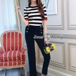 กางเกง เสื้อผ้ายืดคอตตอนเนื้อดีหนานุ่มมีน้ำหนัก ผ้าลายริ้วสีขาวดำ ทรงคอกลมแขนสั้นพอดีศอก ขอบเป็นสีแดง กางเกงผ้าสีดำเนื้อหนามีน้ำหนัก ขากระบอกเอวสูง ด้านหน้าติดกระดุมสีทองเรียงกัน 3 เม็ด ชุดนี้สวยน่ารักใส่ง่ายดูเก๋มากๆ