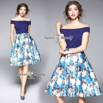 ตัวเสื้อผ้ายืดสีน้ำเงินเนื้อหนานุ่มใช้ผ้าอย่างดีราคาสูง เสื้อทรงเปิดไหล่ กระโปรงผ้าเนื้อดีหนานุ่มมีน้ำหนัก เนื้อผ้าเงาเป็นประกายสวย พิมพ์ลายดอกไม้สีน้ำเงินทั้งตัว งานพิมพ์