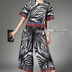 กางเกง ผ้าเนื้อดีหนานุ่มมีน้ำหนักทิ้งตัวสวย ผ้าพิมพ์ลายม้าลายสีขาวดำ งานพิมพ์ลายสวยคมชัดสีสด เสื้อคอกลมแขนสั้น ทั้งชุดตัดขอบด้วยลายกราฟฟิกสีส้ม กางเกงเอวยางทรงกางเกงกระโปรง ด้านข้างทำเป็นป้ายพับทบกัน ผ่าเปิดข้าง เวลาใส่เดินจะดูสวยพริ้ว ชุดนี้สวยมากๆ ใส่ง่