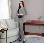 กางเกงงานเกาหลี ผ้ายืดสีเทาเนื้อดี ใช้ผ้าแท้ หนานุ่มมีน้ำหนักใส่สบาย เสื้อทรงแขนยาว มีสายคาดคอติดกระดุมมุกสีขาว คอวี ด้านหน้าทำเป็นทรงป้ายข้างแบบเย็บติด กางเกงขายาวทรงขาม้า ตะเข็บหน้า ชุดนี้ใส่แล้วสวยหรูดูไฮโซ