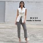 เซ็ตเสื้อเบเซอร์แขนกุดคอปกสีขาว ใส่คู่กับกางเกงขายาวลายทางขาวดำ ใส่ออกมาจะเป็นทรงพอดีตัวสวย ดูสวยหรูมากๆค่ะ