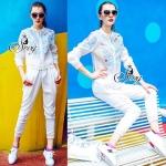 เสื้อแจ็กเก็ตมาพร้อมกางเกงวอร์ม สีขาว ดีเทลแต่งผ้าทอลายดอกเดซี่สีฟ้าโปร่งแสง แซมด้วยสีชมพู ที่ช่วงอกเสื้อ มาเข้าเซทกับกางเกงวอร์มขายาวสีขาวเอวขอบยางยืดอย่างดี
