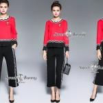 กางเกง+เข็มกลัด เสื้อผ้ายืดคอตตอนเนื้อดี ผ้านุ่มลื่นมีน้ำหนักใส่สบาย สีแดงสดสวย รอบคอใช้ริบบิ้นหยักตกแต่งลายริ้วสีขาวดำ เสื้อแขนยาวตัวปล่อยทรงเอ