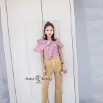กางเกง งานเกาหลีแท้ เสื้อผ้าคอตตอนเชิ้ตพิมพ์ลายริ้วสีขาวแดง เสื้อทรงสวยเก๋เปิดไหล่ข้างนึง อกเย็บทรงระบายๆ รอบด้านหน้า ใส่แมทกับกางเกงสีครีมทอง