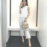 กางเกงงานเกาหลี เนื้อผ้า Chanel เนื้อหนานุ่มดูแพง ใช้ผ้าดีมีราคา เป็นผ้าทอลายขาวสลับจุดดำเล็กๆ ทั้งชุด เสื้อทรงแขนกุด ตรงคอติดกระดุมมุกสีทอง กางเกงทรงขาม้านิดๆ