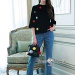 ชุดเซ็ทเสื้อ+กางเกงยีนส์ เสื้อผ้าสีดำเนื้อดีหนานุ่ม เสื้อคอกลมแขนยาวเลยศอกนิดหน่อย ทรงปล่อยๆ แต่งด้วยจุดพู่ไหมสีๆ กระจายทั่วตัว กางเกงยีนส์เนื้อ