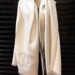 หน้าหนาวกำลังเข้ามา ห้ามพลาด!!Limited Chanel Scarf ผ้าพันคอหรือผ้าคลุมไหล่ทอลายแถบเส้นด้านข้าง ดีเทลเนื้อผ้าสำลี เนื้อหนานุ่มทอแน่นน่าสัมผัส
