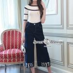 ชุดเซ็ทเสื้อ+กางเกงยีนส์ เสื้อผ้ายืดคอตตอนลายริ้วสีขาวเนื้อหนานุ่ม คอปาดแขนสั้น ตัดขอบด้วยริบบิ้นสีดำดูสวยเด่น กางเกงยีนส์เนื้อผ้านุ่มมีน้ำหนัก ทรง