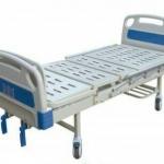 เตียงผู้ป่วย 2 ไกร์ มือหมุน แบบ ABS + เบาะที่นอน 4 ตอน + เสาน้ำเกลือ + ถาดวางอาหาร รหัส MEA03