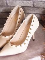 รองเท้าคัทชูส้นเข็มสีครีม หัวแหลม สไตล์VALENTINO (สีครีม )