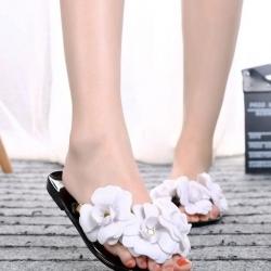รองเท้าแตะเปิดส้นแต่งดอกไม้สีขาว ลุยฝนได้ (สีดำ)