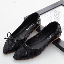 รองเท้าคัทชูส้นเตี้ย หัวแหลม หนังแก้ว (สีดำ)