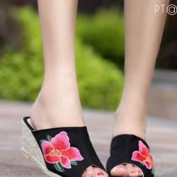 รองเท้าส้นเตารีดสีดำ ส้นหวาย สูง2นิ้ว วัสดุทำจากผ้าแคนวาส ปักลายดอกหน้าเปิด ใส่สบาย งานเก๋ ไม่ซ้ำใครแน่นอน