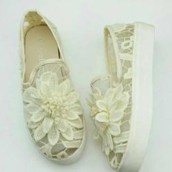 รองเท้าผ้าใบลำลอง สลิปออน ลายลูกไม้ (สีขาว )
