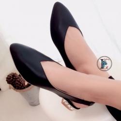 รองเท้าคัทชู หัวแหลม หน้าวี หนังนิ่ม ส้นฝังเพชร (สีดำ )