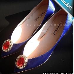 รองเท้าคัทชูผู้หญิงสีน้ำเงิน ส้นเตี้ย สไตล์manolo-blahnik ดีไซส์เรียบหรู ผ้าซาติน ติดเพชรเม็ดโตสีแดงทับทิม