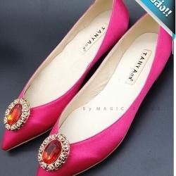 รองเท้าคัทชูผู้หญิงสีบานเย็น ส้นเตี้ย สไตล์manolo-blahnik ดีไซส์เรียบหรู ผ้าซาติน ติดเพชรเม็ดโตสีแดงทับทิม