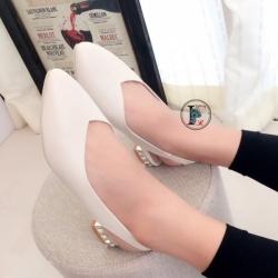 รองเท้าคัทชู หัวแหลม หน้าวี หนังนิ่ม ส้นฝังเพชร (สีครีม )