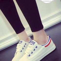 รองเท้าผ้าใบสีขาวขอบเขียว สไตล์แบรนด์.Volley ที่เหล่าดาราทั่วโลกนอยมใส่กันมาก ไม่มีไม่ได้แล้ว