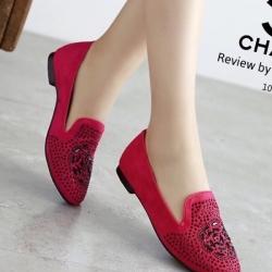 รองเท้าคัชชูสีแดง STYLE-CHANEL ทำจากผ้าด้านหน้าประดับอะไหล่เป็นลายดอกคามิเลีย ทรงสวย ใส่นิ่มเดินสบาย