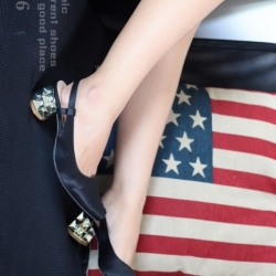 รองเท้าส้นสูง รัดส้น หัวแหลม ส้นโลหะทองตัดลายเพชร (สีดำ )