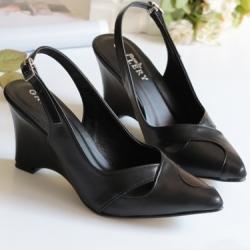 รองเท้าหัวแหลมส้นเตารีดรัดส้น หนังนิ่ม (สีดำ)