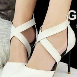 รองเท้าคัทชูส้นสูง หัวแหลม สายไขว้ (สีขาว )