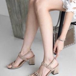 รองเท้าส้นสูงสีครีม ส้นเหลี่ยม หนังกำมะหยี่นิ่ม สายคาดหน้าถักเปีย สูง 3 นิ้ว