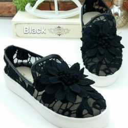 รองเท้าผ้าใบลำลอง สลิปออน ลายลูกไม้ (สีดำ )