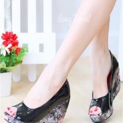รองเท้าคัทชูส้นโอ่ง เปิดหัว ส้นพิมพ์ลายดอกไม้ (สีดำ )