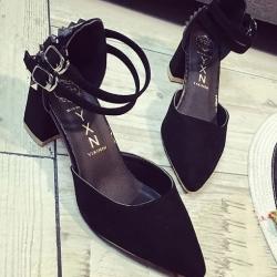 รองเท้าคัทชูส้นสูง รัดข้อเท้า แต่งหมุด (สีดำ )
