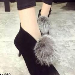 รองเท้าบูทส้นเข็มประดับภู่ (สีดำ)