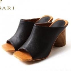 รองเท้าส้นสูงสีดำ ทรงหัวตัดส้นตัน หนัง PU เนื้อนิ่มน่าใส่ งานส้นไม้แข็งแรงทนทานเดินสบายค่ะ เก็บหน้าเท้าได้เป็นอย่างดี ทรงสวยใส่แล้วดูดีค่ะ ดีไซน์เรียบหรูดูดี สูง3.5