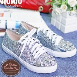 รองเท้าผ้าใบสีเงิน ผูกเชือก สไตล์MIUMIU วัสดุทำจากหนังกลิตเตอร์เนื้อแน่นสีสวย คุณภาพดี ซับด้วยหนังนิ่มอีกชั้นด้านใน สวมใส่สบายมากๆ