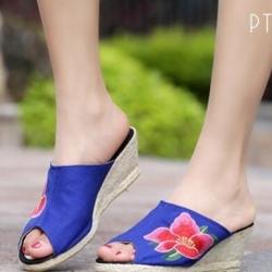 รองเท้าส้นเตารีดสีน้ำเงิน ส้นหวาย สูง2นิ้ว วัสดุทำจากผ้าแคนวาส ปักลายดอกหน้าเปิด ใส่สบาย งานเก๋ ไม่ซ้ำใครแน่นอน