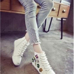รองเท้าผ้าใบสีขาว หุ้มข้อหนังพียูนิ่มมากปักด้วยดอกไม้ประดับคริสตัลสุดหรู ตัวนี้ออกแนว หวานปนเท่ห์ น่ารักและไมซ้ำใคร พื้นนิ่ม สูง 2 เซน สวมใส่ง่าย ซิปข้าง เดินสบาย พื้นล่างวัสดุยางพาราเกรดเอ ทน เบา นุ่ม