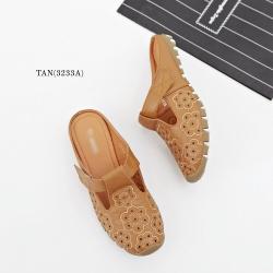 รองเท้าแตะเพื่อสุขภาพ เปิดส้น หนังเจาะลายดอกไม้ (สีแทน)