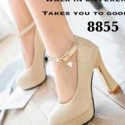 รองเท้าคัทชูส้นสูง หัวกลม หนังแก้ว (สีครีม )