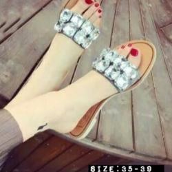 รองเท้าแตะแบบสวมประดับเพชรใหญ่ (สีดำ)