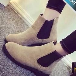 รองเท้าบูทผู้หญิงสีครีม หนังสักราจ หัวกลม ส้นเตี้ย แนววินเทจ อินเทรนด์ แฟชั่นเกาหลี แฟชั่นพร้อมส่ง