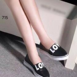 รองเท้าผ้าใบสีดำ งานนำเข้างานเกาหลี ทรงหัวแหลม ช่วยให้ดูเท้าสวยเล็กเรียว
