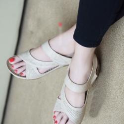 รองเท้าแตะรัดส้น หนังเจาะ เสริมส้น (สีครีม )