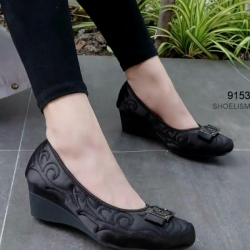 รองเท้าคัทชูส้นเตารีด หนังซาตินปักลาย (สีดำ )