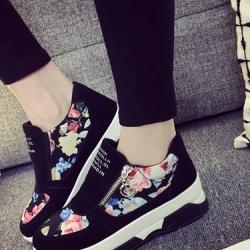 รองเท้าผ้าใบสีดำ เสริมส้น สไตล์เกาหลี รุ่นใหม่มาแรง ทำจากกำมะหยี่ขนนุ่มสลับผ้าพิมพ์ลายดอกอย่างดี ทรงสวยสูงเพรียวสวมง่าย มีซิปเปิดด้านข้าง